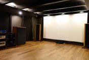 半地下20畳専用ルームに140インチ張り込みスクリーンによる4Kシアターを!!